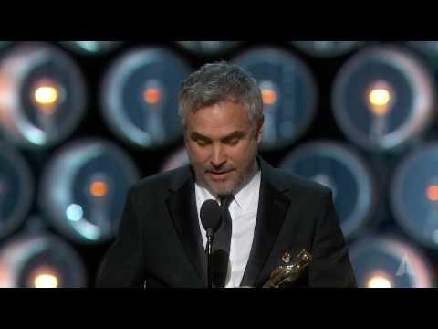 """ألفونسو كوارون لساندرا بولوك بعد فوزه بأوسكار أفضل مخرج: أنت قلب وروح """"Gravity"""""""