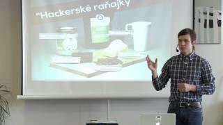 Foto z akcie BarCamp Bratislava prednáša Dušan Plichta.