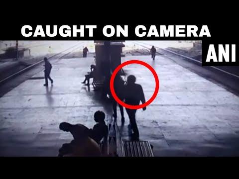 العرب اليوم - شاهد: هندي يتحرش بفتاة على رصيف محطة القطار