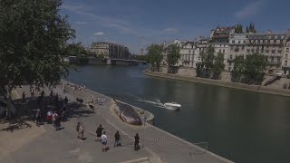 Tourists in Paris are startled by the sight of a whale on the bank of the river Seine. Report by Charlotte Brehaut.