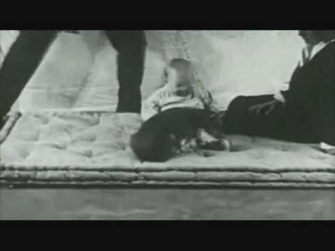 這位1歲男寶寶慘被心理學家當實驗品,摸一下老鼠就被敲一次鐵板…寶寶的一生就這樣毀了!