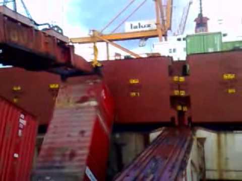 Обрушение контейнеров на судне