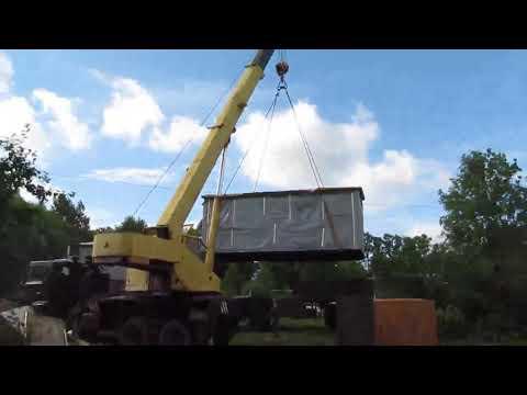 Установка на фундамент первого модуля деревянного дома из профилированного бруса