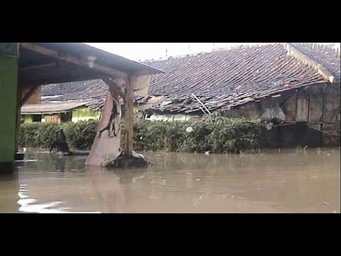 Τοπίο «Αποκάλυψης» μετά τις πλημμύρες στην Ινδονησία