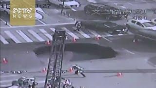 Как китайские полицейские реагируют на провал грунта посреди оживлённой трассы