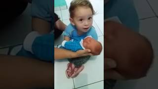 Mama sądzi, że dwulatek płacze z zazdrości o brata! Wtedy patrzy na niemowlaka i wszystko pojmuje!
