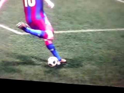 「[ゲーム]ウイニングイレブンでバルセロナのメッシが魅せた軸足またぎシュート。」のイメージ
