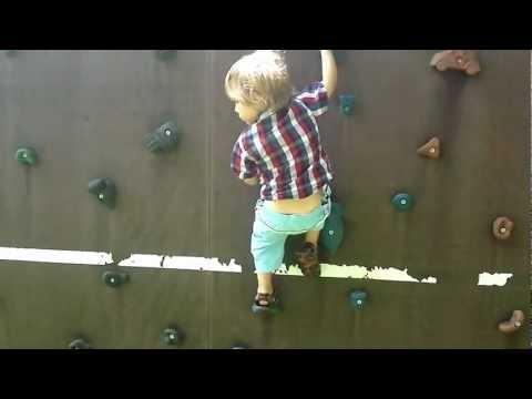 Samuel (4 Jahre) klettert auf Kletterwand