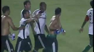 O vídeo que mostra a briga entre os ex-atletas do Verdão em pleno estádio Olímpico com o Palmeiras perdendo a partida por 1x0.Ambos os atletas foram dispensados do clube após a briga.