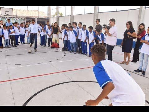 Prefeito entrega quadra de esportes para 500 alunos no Trapiche