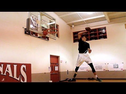 Zach Lavine «dunk» des ballons de football et le résultat est spectaculaire!