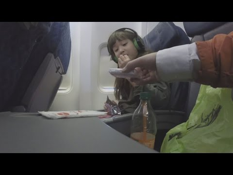 Hidden Camera Shows How Strangers Can Get Close To Unaccompanied Minors on Planes (видео)