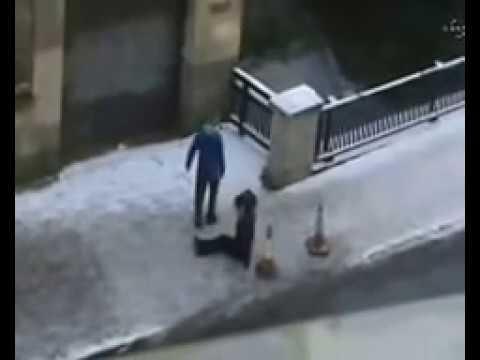 Karda Buzda Düşen insanlar