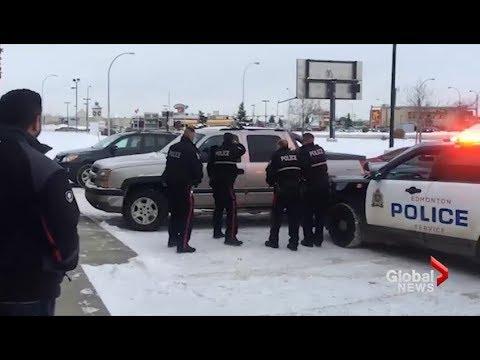 Miehet saartavat autovarkaan Edmontonissa
