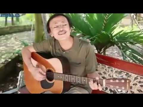 Nghệ sĩ Giang Còi đàn guitar và hát