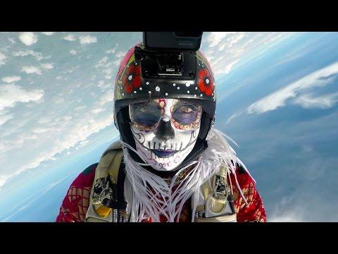 """Paracaidistas vestidos de catrinas """"danzan"""" en el cielo de Morelos"""