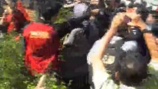 Petugas PT KAI yang dibantu petugas kepolisian, Rabu (29/5) pagi melakukan sterelisasi di stasiun UI Depok. Seluruh kios-kios yang berada di pinggir Peron dibongkar. Aksi saling lempar batu pun tak terelakan.
