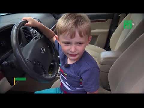 Bé trai lái xe