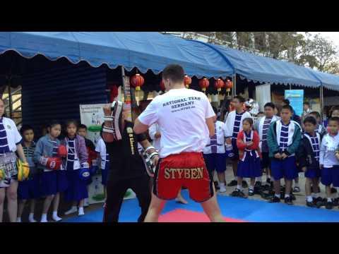 Jakob Styben mit Thai Kinder
