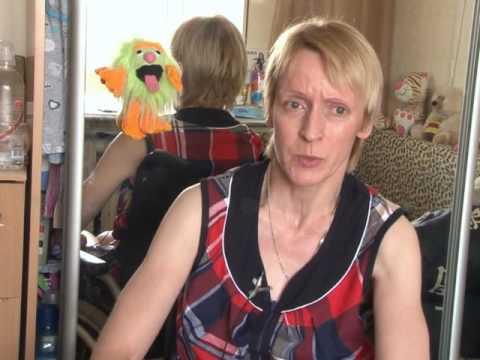 Женщине, прикованной к инвалидному креслу, требуется помощь, чтобы раз в неделю посещать специальные занятия
