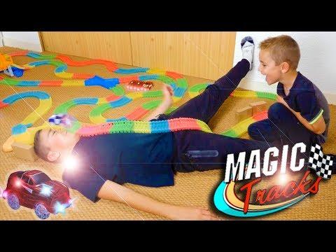 MAGIC TRACKS CHALLENGE ! Incroyable Circuit de Voitures Lumineux 💡 🚗
