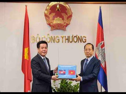 Bộ Công Thương trao tặng khẩu trang y tế cho Campuchia