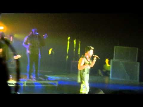 Video Adam Lambert performs