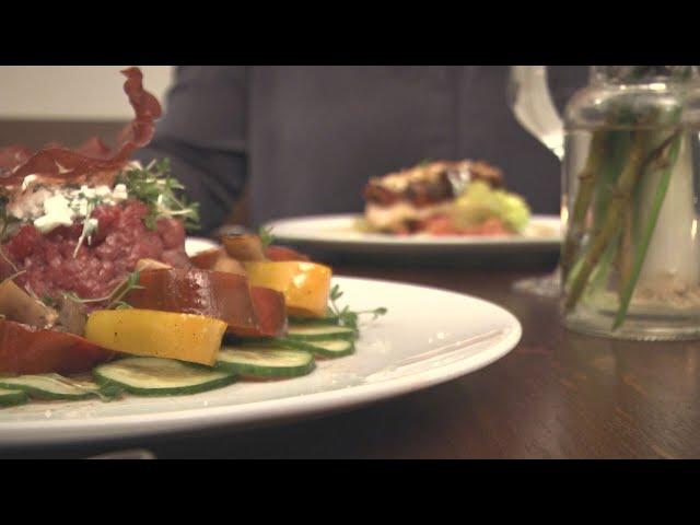 Rindertatar mit Hüttenkäse an gedünsteten Gemüse und frischer Kresse   Fatburner