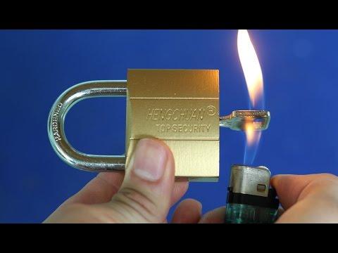 他用打火機燒「插在鎖頭內的鑰匙」,接著下一個動作就讓大家再也無法信任鎖頭的安全性了!