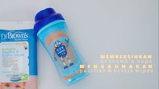 Membersihkan Cups dengan Dr. Brown's Pacifier and Bottle Wipes