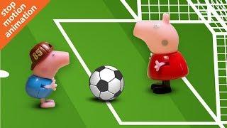 Свинка Пеппа с друзьями играет в футбол.