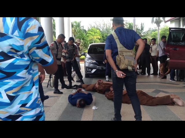 Video Polisi Amankan Tiga Pria di Kantor Gubernur Aceh