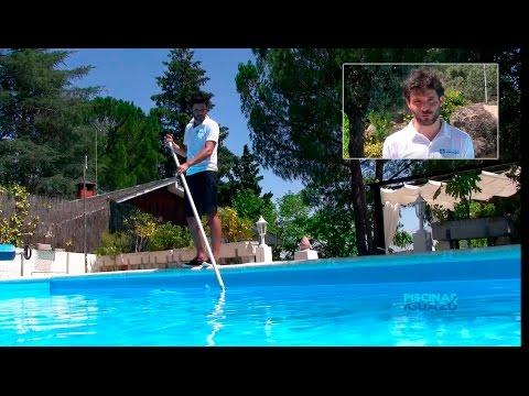 Cómo pasar el limpiafondos manual en una piscina.