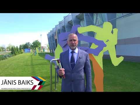 Jānis Baiks nodod stafetes kociņu Ogres stadionam