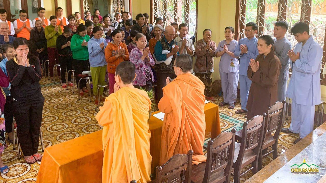 Phật tử chùa Ba Vàng trong chuyến từ thiện đến đồng bào vùng lũ tại Tp.Tam Kỳ - Quảng Nam