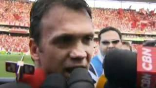 Foram 197 partidas com a camisa rubro-negra. Ora vestindo a 10, com a qual marcou os gols de falta do título do tricampeonato carioca e da Copa dos Campeões, ambos em 2001. Ora a 43, com a qual comandou ao lado do agora corintiano Adriano o hexa brasileiro.Petkovic se despediu da torcida em jogo com muita emoção e, como mesmo disse, à vera.O mosaico feito pela torcida rubro-negra com as cores da Sérvia, que depois se transformava na bandeira do Flamengo, certamente fez o meia sérvio fazer uma viagem no tempo e se lembrar quando, com nove anos, em Madjanpek, brincava de bater bafo-bafo para conseguir a figurinha do ídolo Zico para preencher o álbum da Copa do Mundo de 1982. Agora, estava ali, no mesmo clube em que o Galinho eternizou a camisa 10, despedindo-se dos campos.Ronaldinho Gaúcho, o novo astro, deu a ele a braçadeira de capitão. Os jogadores entraram todos com o nome do sérvio às costas, em mais uma homenagem.