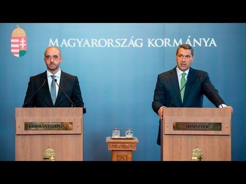 Lázár János Miniszterelnökséget vezető miniszter a 62. Kormányinfón