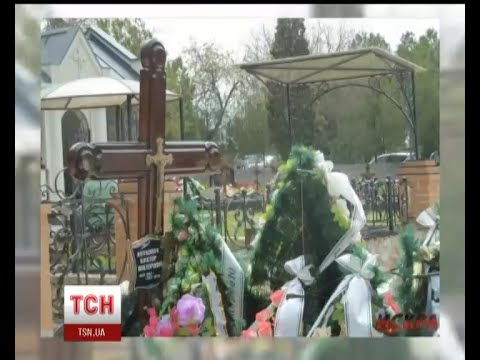 На могилі Януковича молодшого в Севастополі нарешті з'явилась табличка