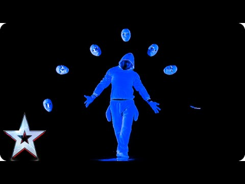 太神了~~當燈光一關掉,舞台上的表演讓觀眾驚呼連連!