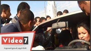 بالفيديو  الإخوان يحطمون سيارة بمصر الجديدة وسيدة بداخلها تصرخ