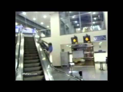 0 Forma practica para bajar por una escalera mecanica