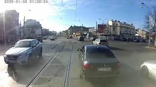 Cwaniak z BMW kontra motorniczy tramwaju. Szybko go załatwił
