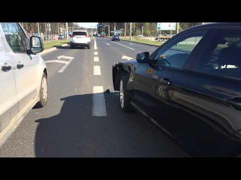 Wideo1: Zderzenie pięciu aut na Al. Konstytucji 3 Maja w Lesznie