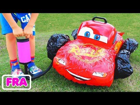 L'enfant Vlad joue avec les voitures-jouets cassées