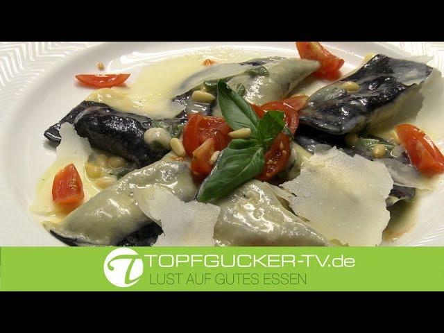 Gelb-schwarze gefüllte Ravioli mit Steinpilzen und Garnelen an Salbeisoße