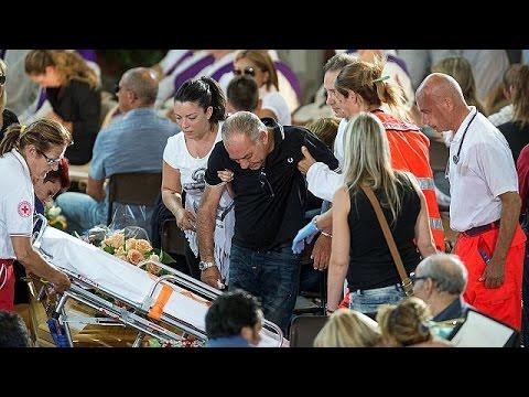 Ιταλία: Σε κλίμα βαθιάς οδύνης η πρώτη κηδεία θυμάτων από το φονικό χτύπημα του Εγκέλαδου