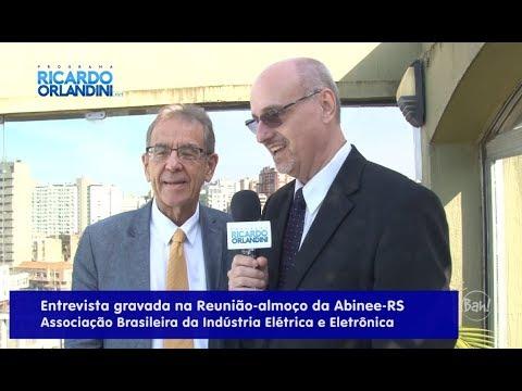 Ricardo Orlandini participa da Reunião Almoço da Abinee-RS onde entrevista o professor da UFRGS e ex-vereador de Porto Alegre, Newton Braga Rosa, e o empresário e visionário, Paulo Vellinho.