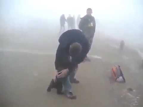 Спасенный из лесного пожара медвежонок не отпускает своего спасителя