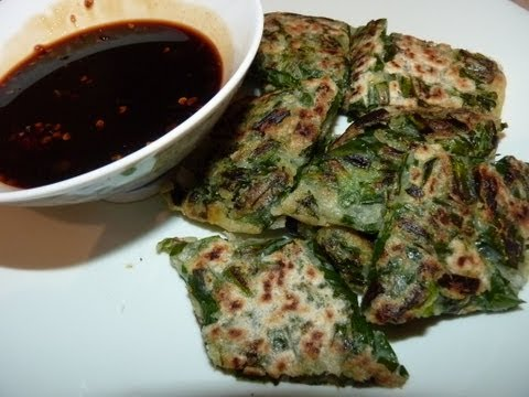 แพนเค็ก - Crispy chive pancakes and a sweet chilli sauce recipe. http://www.facebook.com/FafaThaiFood Please Subscribe for more videos. มีวิธีทำน้ำจิ้มด้วยค่ะ.
