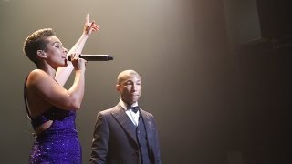 """Alicia Keys and Pharrell Live """"Blurred Lines"""" and """"Happy"""""""